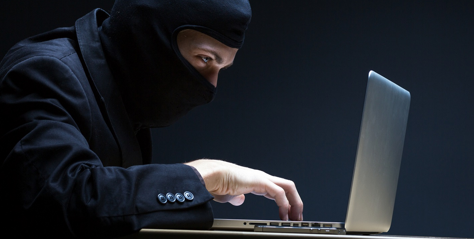 Un cambrioleur devant un ordinateur