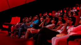 Une salle de cinéma dans l'obscurité