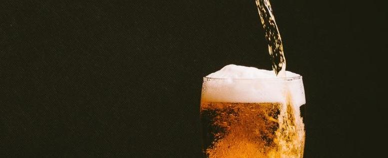 Un verre de bière qui se remplit