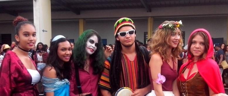Des jeunes déguisés pour le carnaval
