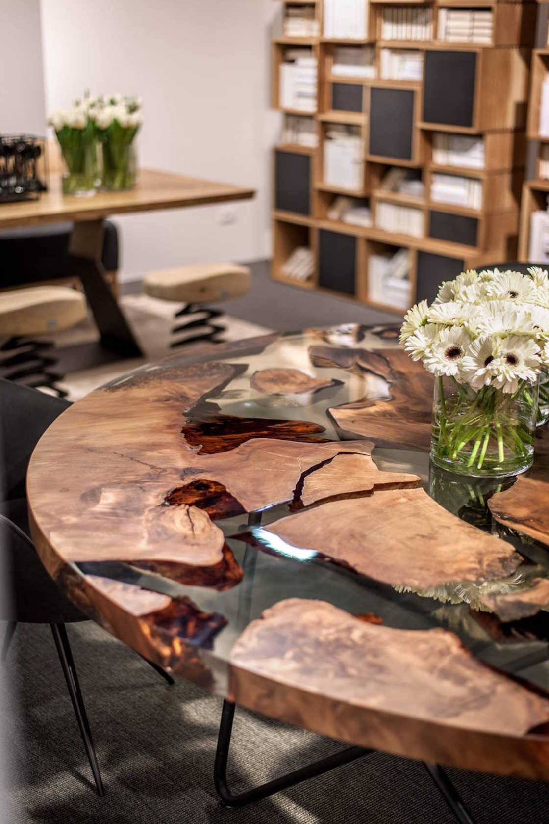 La table avec le bois vieux de 50 000 ans