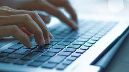 Des mains et un clavier