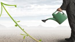 Un chef d'entreprise qui arrose la croissance