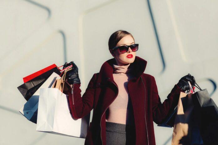 femme shopping sacs vêtements lunette de soleil