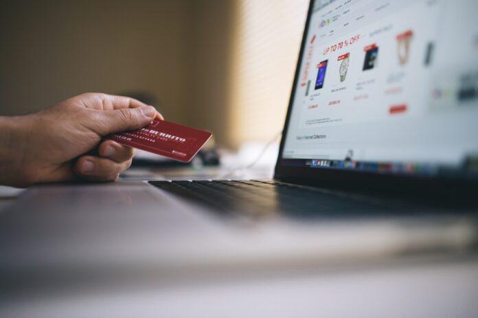 main tient carte de crédit pour effectuer achat en ligne sur ordinateur portable