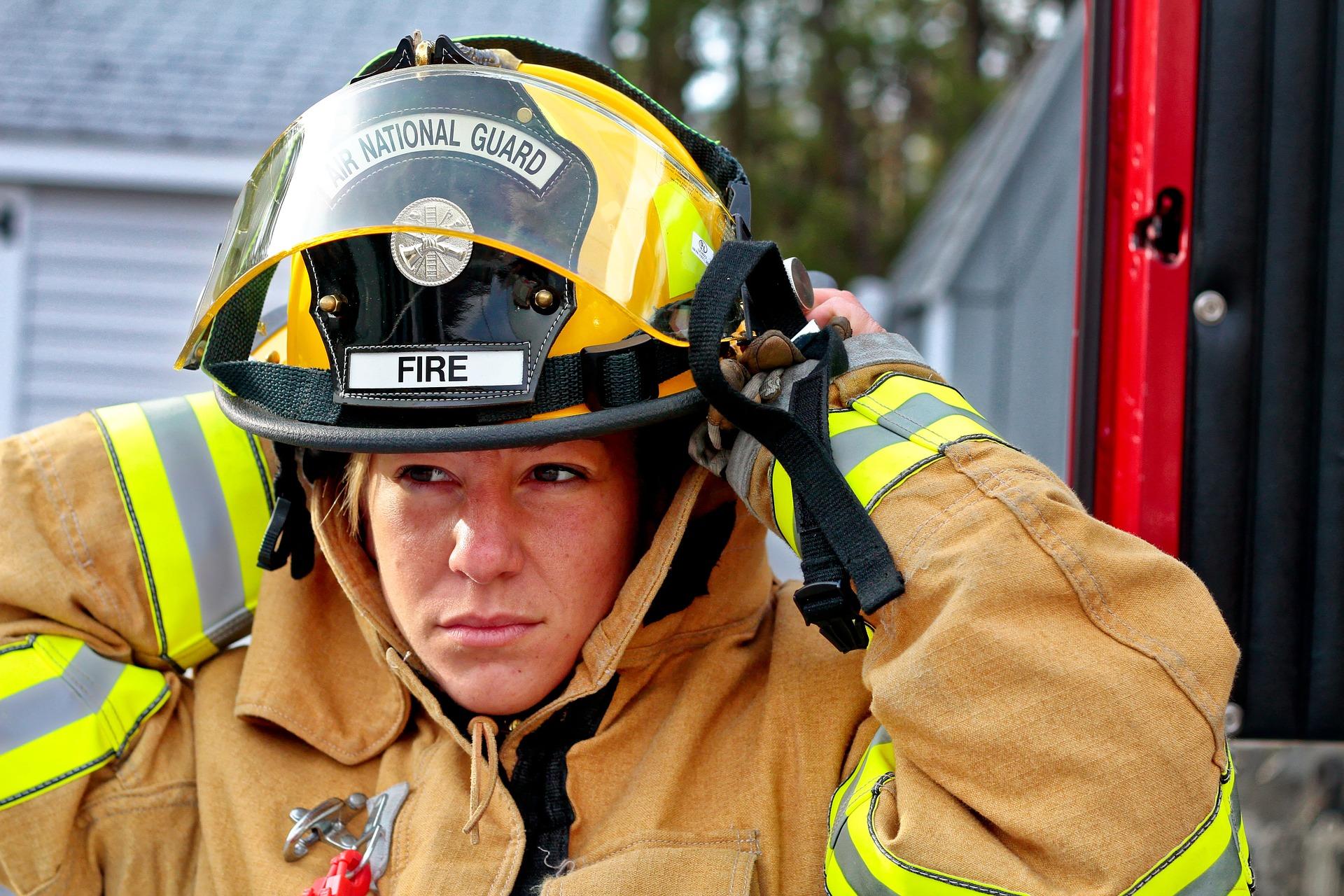 sapeur pompier femme remet son casque